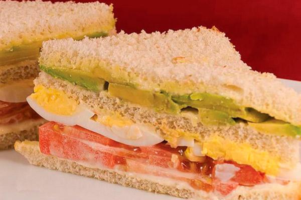 Sandwich Triple de Palta, Tomate y huevo