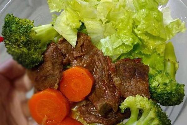 Receta Saludable con Brocoli, lechuga, carne, zanahoria.