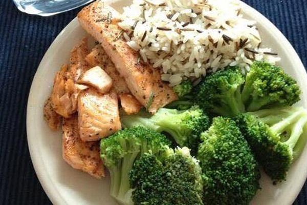 Brocoli, arroz, salmón ahumado.