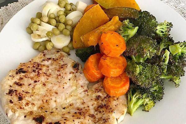 Receta fácil del Brocoli, camote, zanahoria, alverjas, nabos, pescado.