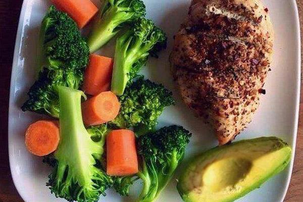 Receta saludable de Pollo, palta o aguacate, brocoli, zanahoria.