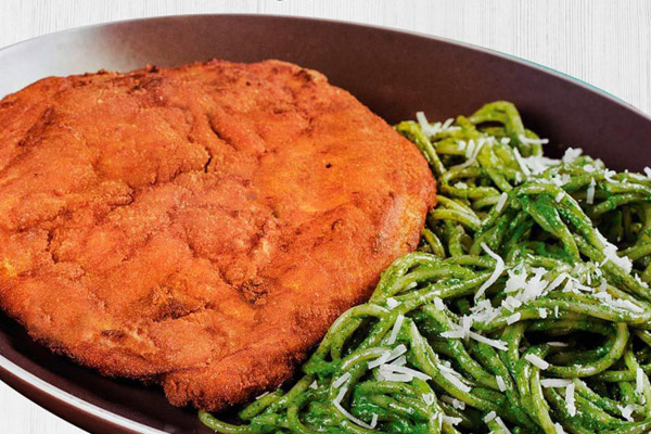 Spaguetti al pesto con milanesa de pollo