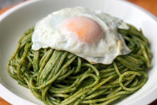Tallarines verdes con huevo frito